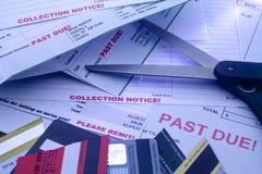 Rechnungen, Schnitt-oben Kreditkarten und Scheren stockfotos