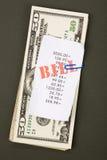 Rechnungen und Dollar Stockfoto