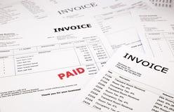 Rechnungen und Rechnungen mit zahlendem Stempel Lizenzfreies Stockfoto