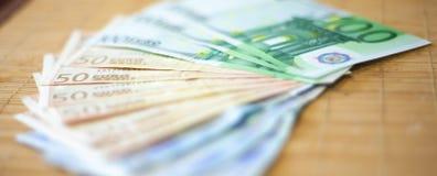 Rechnungen von houndred, fünfzig zwanzig Euros Stockbild