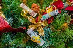 Rechnungsdekoration der russischen Rubel des Weihnachtsbaums Stockfotos