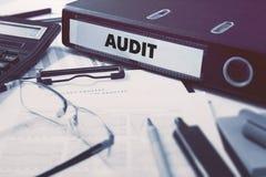 Rechnungsprüfung auf Büro-Ordner Getontes Bild Stockfoto