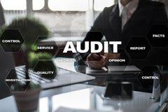 Rechnungsprüfungsgeschäftskonzept buchprüfer befolgung Virtueller Schirm-Technologie stockbild