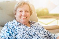 Recht älteres Frauen-Porträt auf Patio Stockbild