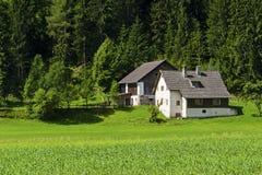 Recht österreichisches Bauernhaus stockbild