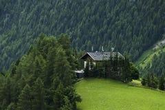 Recht österreichisches Bauernhaus die Spitze des hil lizenzfreie stockfotografie