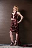 Recht überzeugtes blondes Mädchen im Abendkleid. Lizenzfreie Stockfotografie