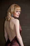 Recht überzeugtes blondes Mädchen im Abendkleid. Stockfotos