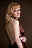 Recht überzeugtes blondes Mädchen im Abendkleid. Stockfoto