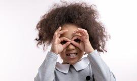Recht afrikanisches Mädchen benutzt ihre Finger, um sungglasses zu bilden lizenzfreies stockbild