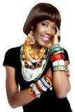 Recht afrikanisches Modell, gekleidet in der zufälligen modernen traditionellen Kleidung stockfoto