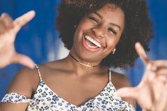Recht afroe-amerikanisch Frau, die Rahmen von Handdem lachen macht Stockfotografie