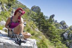 Recht alterte Mitte den weiblichen Wanderer, der auf großem Felsen stillsteht Stockbilder