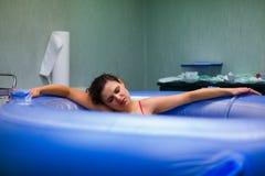 Recht alvorens geboorte in water te geven - arbeid stock foto's