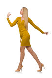 Recht angemessenes Mädchen im gelben Kleid lokalisiert auf Weiß Lizenzfreie Stockfotos