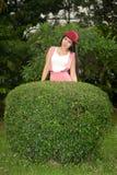 Recht asiatische Frau bei der Aufstellung mit rotem Hut. Stockfoto