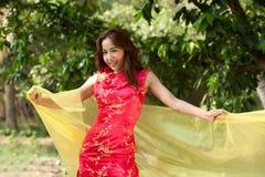 Recht asiatische Frau im traditionellen Kleid in einer netten Art Lizenzfreie Stockfotos