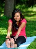 Recht asiatische Frau - Yoga im Park Lizenzfreie Stockfotos