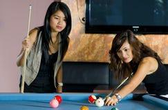 Recht asiatische Frauen, die Pool spielen Stockbild