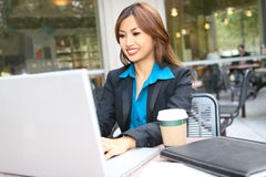 Recht asiatische Geschäftsfrau Stockfotografie