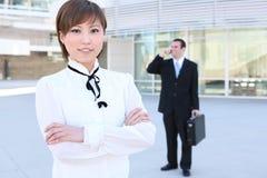 Recht asiatische Geschäftsfrau am Bürohaus lizenzfreie stockbilder