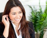 Recht asiatische Geschäftsfrau, die Hörmuschel setzt Lizenzfreie Stockfotos