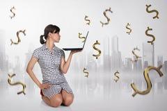 Recht asiatische Geschäftsfrau mit Laptop denkend für Steuerzahlung Lizenzfreie Stockfotografie