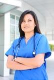 Recht asiatische Krankenschwester stockbild