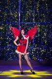 Recht asiatisches Mädchen in Sankt-Kostüm für Weihnachten mit Nacht-ligh Lizenzfreies Stockbild