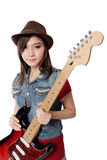 Recht asiatisches Rockermädchen, das mit ihrer Gitarre, auf weißem backgr aufwirft Lizenzfreie Stockbilder