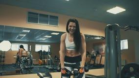 Recht athletische Frau, die während des Handelns von Übung im Sportverein lächelt stock video footage