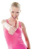 Recht attraktives Mädchen, das Thumbs-up zeigt stockbild