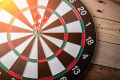 Recht auf Zielkonzept unter Verwendung des Pfeiles im Bullauge auf Dartscheibe Lizenzfreie Stockfotografie