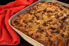 Recht aus der Ofenfrühstückskasserolle heraus Stockfotografie