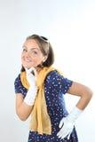 Recht ausdrucksvolle Dame tragende Sonnenbrille eines Tupfenkleiderweiß und gelber Schal im Studio Stockbild