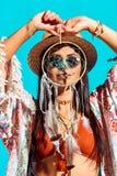 recht böhmisches Mädchen, das dreamcatcher vor Gesicht hält Stockfotografie