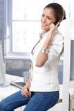 Recht beiläufige Geschäftsfrau am Telefon stockfotografie