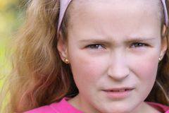 Recht besorgtes junges Mädchen Lizenzfreie Stockfotos