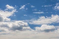 Recht blauer Himmel mit Wolken Stockbilder
