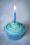 Recht blauer kleiner Kuchen mit blauer Kerze auf die Oberseite Stockbild