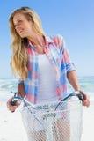 Recht blond auf einer Fahrradfahrt am Strandlächeln Lizenzfreies Stockbild