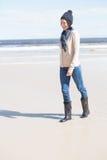 Recht blond in den Jeans, die auf den Strand gehen Lizenzfreies Stockfoto