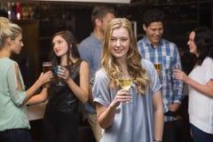 Recht blond, ein Glas Wein essend Lizenzfreies Stockfoto