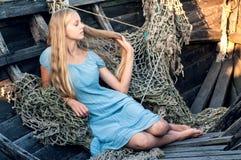 Recht blond in einem Fischerboot Stockfotografie