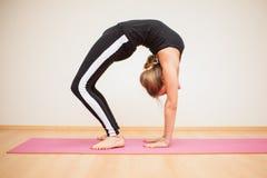 Recht blond, etwas Yoga tuend Stockfoto