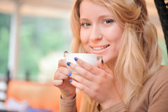 Recht blond-haarige Frau mit Tasse Kaffee Stockfotografie