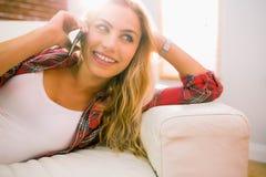 Recht blond an ihrem Telefon Lizenzfreies Stockfoto