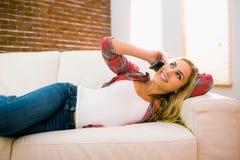 Recht blond an ihrem Telefon Stockfotografie