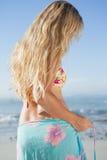Recht blond im Bikini und in den Sarongen auf dem Strand Stockfotografie