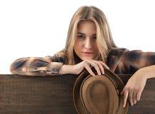 Recht blond im braunen karierten Hemd mit Hut Lizenzfreie Stockfotografie